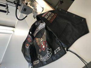 Zadel stoffering en Stikwerk Motorjas emblemen