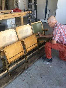 Meubelstoffering van vintage bioscoop stoelen