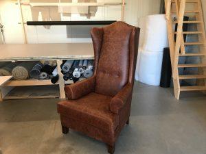 Meubelstofferen restauratie klassieke oor fauteuils bekleed in leder