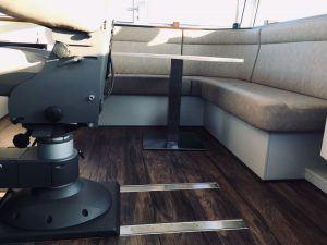 Scheepsstoffering stuurhut rondzit kussens en stuurstoel