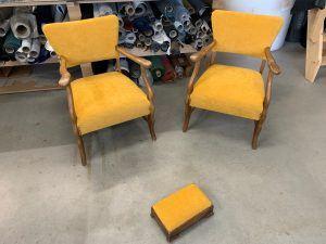Meubelstofferen van fauteuils en voetenbankje