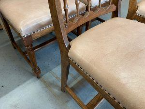 Herstoffering en nieuw verlijmen frames van eetkamerstoelen